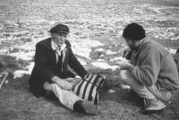 Marco Ghiglia durante la colazione con un pastore in occasione di un campo speleologico – Foto: Renato Sella